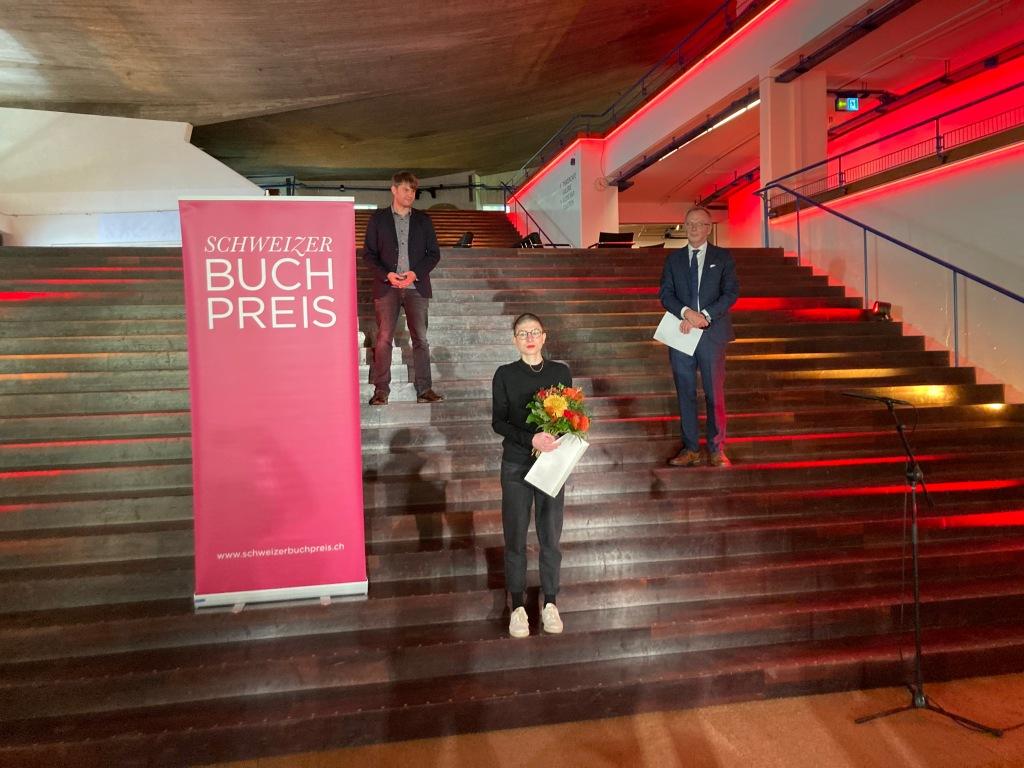 Preisverleihung ohne Publikum: Buchpreisträgerin Anna  Stern mit Jurysprecher Daniel Graf und  Hans Georg Signer, Präsident des Trägervereins des Basler Literaturhauses.